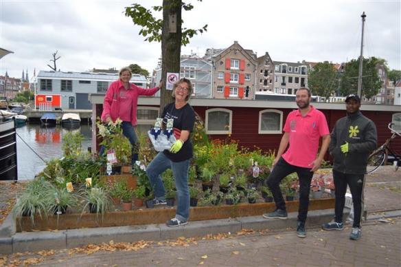 De medewerkers van Intratuin werken hard mee aan de zes boomspiegeltuinen aan de Realengracht. Van links naar rechts: Marit Beenken Prosee, Thea van der Klei, Joop Post en Cavanaugh Kallendorf